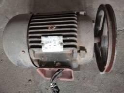 Motor trifásico com polia