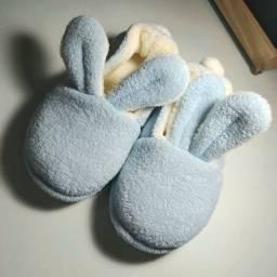 Título do anúncio: Pantufas coelho azul tamanho 29/30