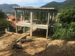 Terreno com casa em fase de construção em Vargem Grande