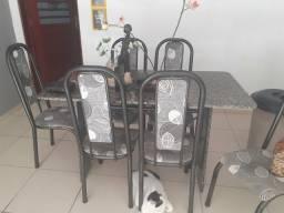 Mesa de mármore com seis cadeiras