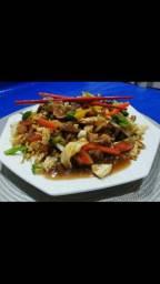 Delicioso yakisoba de carne, frango, lombinho e misto