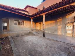 Título do anúncio: Ótima casa 03 quartos e 2 vagas de garagem no Monte Castelo