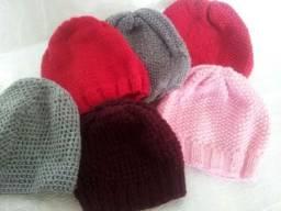 Toucas de tricô feita com várias cores de lã b1cc9713061