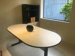Mesa oval e armário de escritório