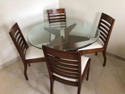 Mesa com 4 cadeiras e um Hack