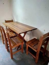 Mesa com 4 cadeiras de madeira macisa