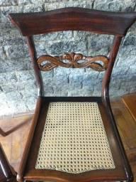 Par de cadeiras de madeira com revestimento em palhinha