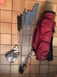 Conjunto de tacos, bolsa e bolas de golfe