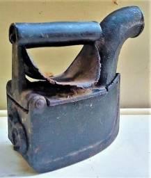 Ferro Pequeno de Passar Roupas aquecido com brasas