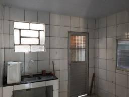 Aluga uma casa com três quarto sala cozinha aria de serviço