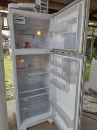 Título do anúncio: Vendo geladeira Eletrolux.