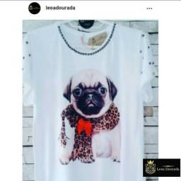 T-shirt feminina Cãozinho Pug com cachecol de oncinha.