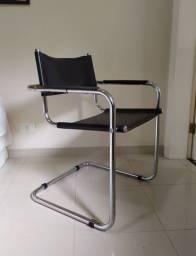 Cadeira Tok Stok aço cromado e couro