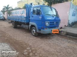 Caminhão com carroceria Volks 8-150