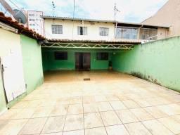 Casa com Dois pavimento 3 quartos Excelente localização