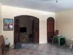 Casa térrea com quintal, na Passagem Joana Darc, px.a Pedro Miranda