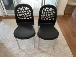 Par de cadeira de plastico pretas
