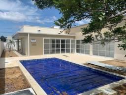 Alugo Casa no Condomínio Ponta Negra 2, com 3 suítes, novinha.