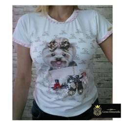 T-shirt feminina cãozinho com estampa CHANEL.