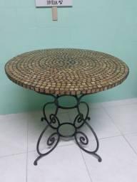 Mesa de ferro fundido com tampo em mosaico