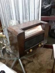 Radio antigo a válvula funcionando perfeitamente