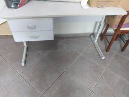 Mesas, armário e cadeiras