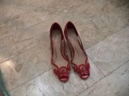 Título do anúncio: Belíssima Sandália vermelha - tamanho 35 - excelente - Apenas wats