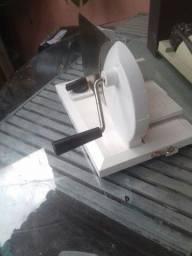 Cortador de frios queijos etc usada mais ta tudo funcionando normalmente manual