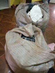 Dois fardos de roupas usadas