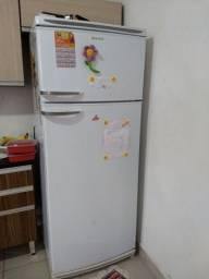 Vendo esses móveis geladeira painel e guarda roupa grande