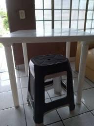 Mesa de plastico com 4 bancos