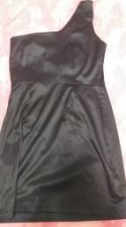 Vestido cetim preto com detalhe em lantejoulas no ombro