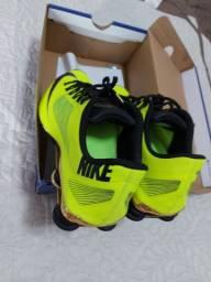 Tenis Nike Shox amarelo e dourado
