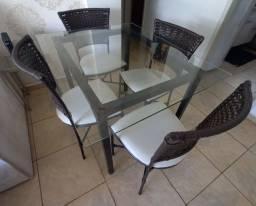 Mesa de vidro e 4 cadeiras