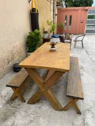 Mesa de madeira e bancos