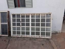 Vendo 2 janelas e 1 porta