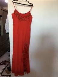 Vestido longo vermelho e bordado