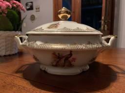 Sopeira em porcelana com detalhes dourados