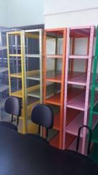 Estante colorida para organização