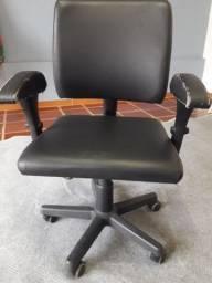 Cadeira digitador em couro. Três regulagens encosto, assento, braços
