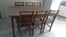 Mesa com 6 cadeiras.