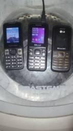 Três telefones e uma máquininha do mercado pago