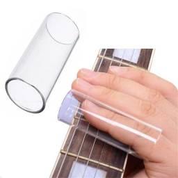 Slade de vidro e metal bluesman guitarra e violão