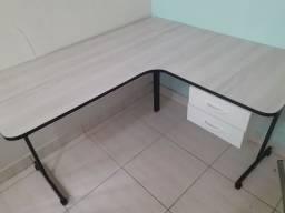 Mesa branca em ótimo estado com gavetas