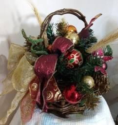 Guirlandas, sinos e cestos natalinos