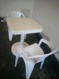 Mesa quadrada com 2 cadeiras