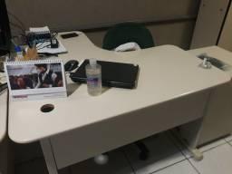 Mesas de escritório em L, em bom estado.