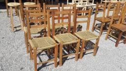 Cadeiras de madeira eucalipto, com assento de plástico decorativo imitando palha