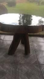 Mesa de madeira e resina