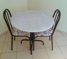Mesa pequena de Mármore com 2 cadeiras- R$ 250,00